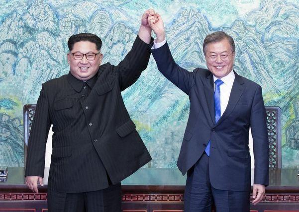 문재인 대통령(오른쪽)과 김정은 북한 국무위원장
