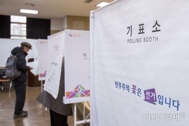 제2회 전국동시조합장선거일인 지난 3월13일 서울 광진구 중앙농협 본점에 마련된 자양1동 투표소에서 유권자들이 투표하고 있다./강진형 기자aymsdream@
