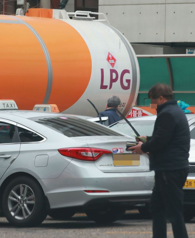 지난 3월 서울 시내 한 액화석유가스(LPG) 충전소에서 택시들이 LPG 충전을 대기하고 있는 모습(사진=연합뉴스)