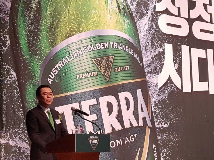 김인규 하이트진로 대표이사 사장이 맥주 신제품 테라에 대해 설명하고 있는 모습.