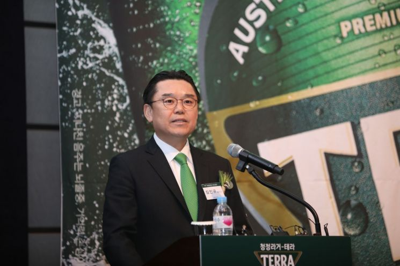 김인규 하이트진로 대표이사 사장이 테라 출시 기자간담회에서 전략에 대해 설명하고 있는 모습.