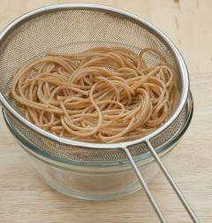 1. 통밀 스파게티는 소금을 넣은 끓는 물에 8분간 삶아 건져 물기를 뺀다.