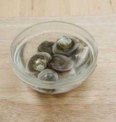 2. 모시조개는 엷은 소금물에 담가 해감 시킨 후 깨끗이 씻고, 칵테일 새우는 물에 헹군다.