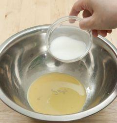 1. 달걀을 1/2개분만 볼에 담고 우유 1/4컵을 부어 골고루 섞는다.