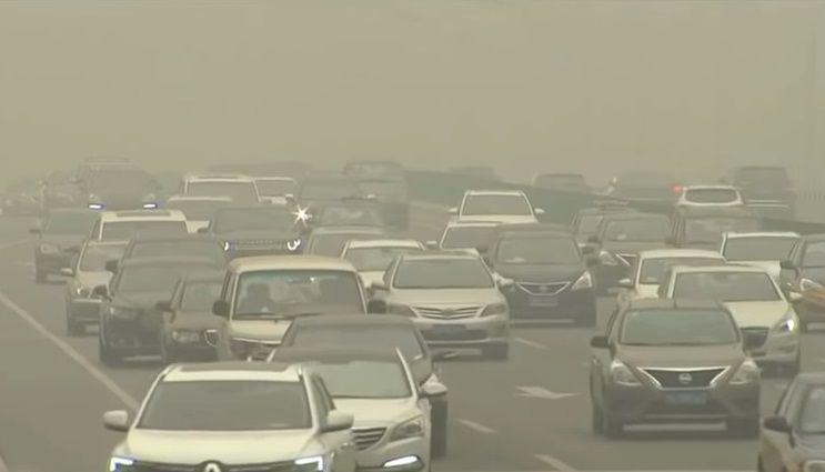 대기오염이 심각한 베이징 시내. 중국의 심각한 대기오염은 당사자인 중국 국민들에게 가장 큰 고통을 안겨주고 있습니다. [사진=유튜브 화면캡처]