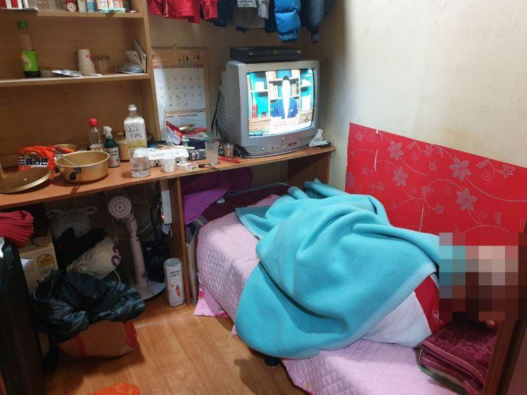 ▲ 독신 노인 혼자 거주하고 있는 서울의 한 고시원 모습 (사진=이춘희 기자)