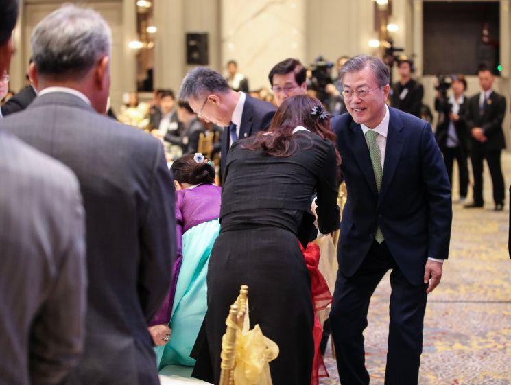 말레이시아를 국빈 방문 중인 문재인 대통령이 12일 오후 말레이시아 쿠알라룸푸르 메리어트 호텔에서 열린 동포 만찬 간담회에서 참석자들과 인사하고 있다. [이미지출처=연합뉴스]