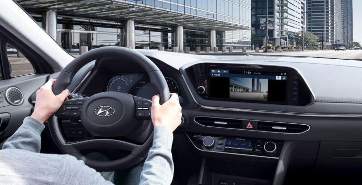 도로 위 풍경을 촬영하는 신형 쏘나타 주행 영상기록장치 '빌트인 캠'(사진=현대차 제공)