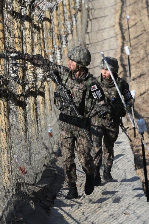 지난 13일 오후 경기도 연천군 서부전선 비무장지대(DMZ)에서 육군 25사단 장병들이 남방한계선 철책의 과학화경계시설물을 점검하고 있다. (사진=연합뉴스)