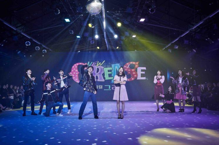 프로젝트그룹 티버드와 핑크레이드가 14일 서울 성수도 에스팩토리에서 뮤지컬 '그리스' 공연을 선보이고 있다.