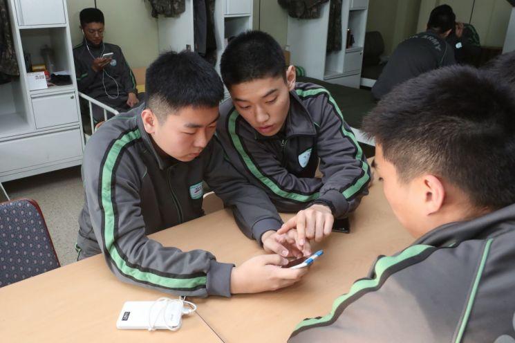 13일 오후 경기도 연천군 서부전선 비무장지대(DMZ)에서 육군 25사단 장병들이 휴대전화를 사용하며 휴식하고 있다. (사진=연합뉴스)