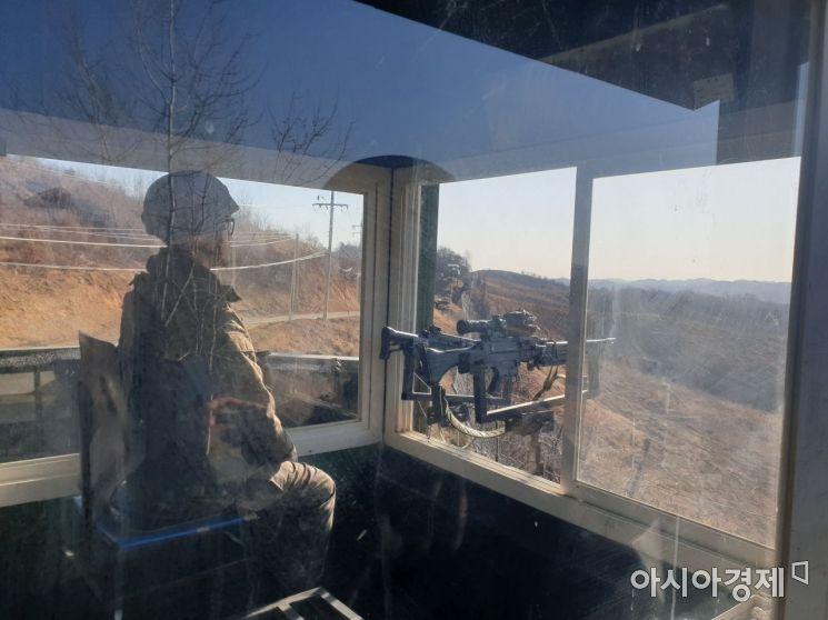 13일 오후 경기 연천 서부전선 비무장지대(DMZ) 초소에서 장병이 전방을 감시하고 있다./문제원 기자