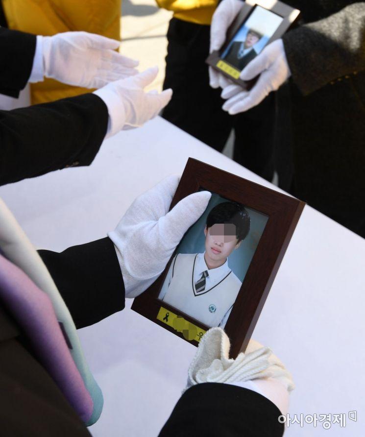 [포토]광화문 분향소 떠나는 세월호 희생자 영정