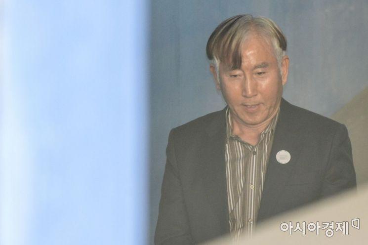 '경찰 댓글공작 지휘' 혐의로 구속된 조현오 전 경찰청장이 18일 서울 서초구 서울중앙지방법원에서 열린 7차 공판에 출석하기 위해 법정으로 이동하고 있다./강진형 기자aymsdream@