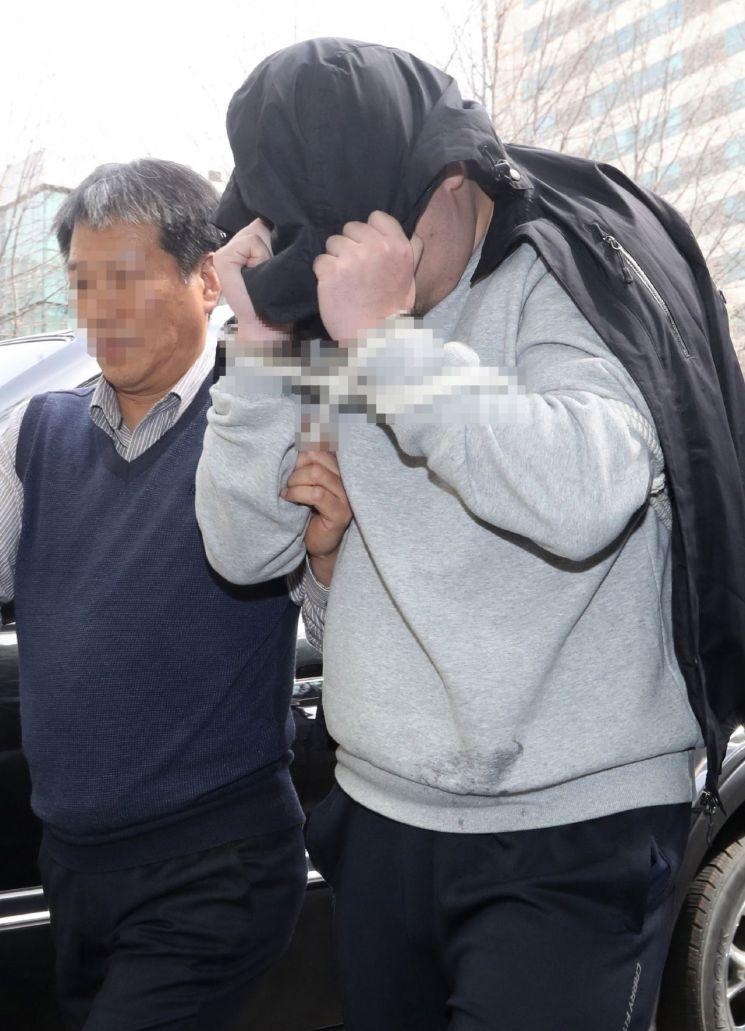 청담동 주식 부자' 이희진 씨 부모 살해 용의자 김모(34) 씨가 18일 오전 경기도 안양시 동안경찰서에서 조사를 받기 위해 이동하고 있다. 경찰은 나머지 용의자 3명을 쫓고 있다. / 사진=연합뉴스