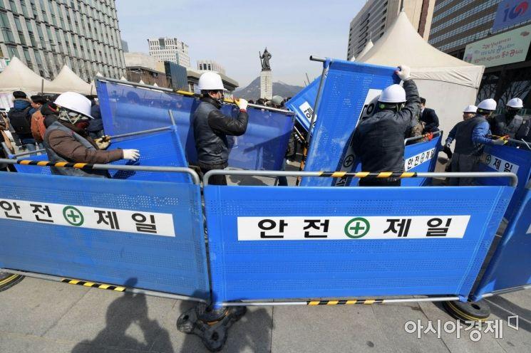 세월호 천막 철거를 위해 서울시 관계자들이 안전펜스를 설치하고 있다. /문호남 기자 munonam@