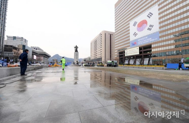 철거 작업이 끝난 광화문광장에서 서울시 관계자들이 세월호 천막 자리에 물을 뿌리고 있다. 천막 철거는 끝이 아닌 새로운 시작이다. /문호남 기자 munonam@