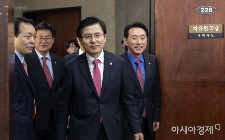 황교안 자유한국당 대표가 19일 국회에서 열린 4.3 필승 선거대책회의에 참석하고 있다./윤동주 기자 doso7@