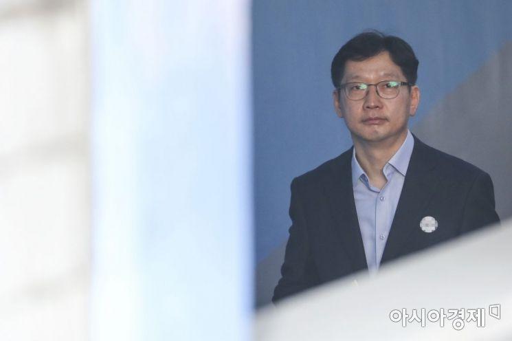 [포토] 법정 들어서는 김경수 경남도지사