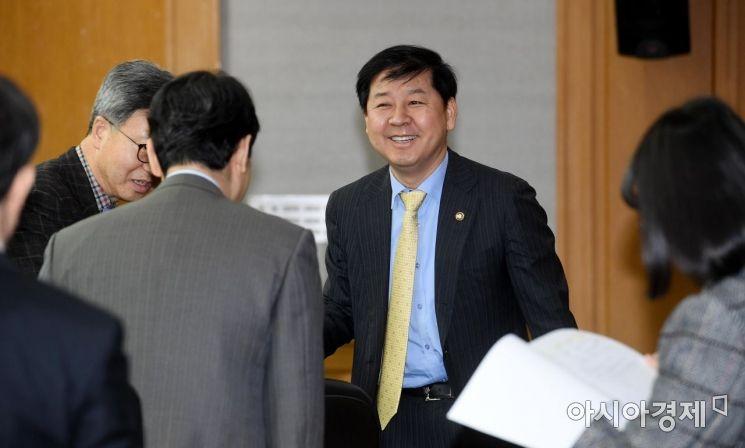[포토] 참석자들과 인사하는 구윤철 기재부 차관