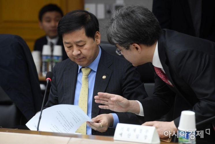[포토] 실무자 보고 받는 구윤철 차관