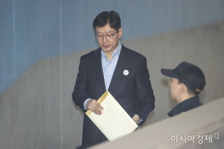 [포토] 법정으로 들어서는 김경수
