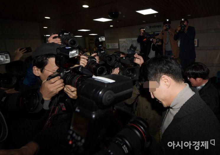 [포토]고개 떨군 채 법정 향하는 이문호 버닝썬 대표