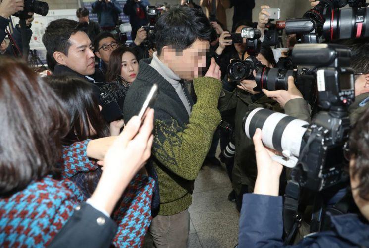 마약류 투약·유통 혐의를 받는 클럽 버닝썬의 이문호 대표가 19일 서초동 서울중앙지법에서 열리는 영장실질심사에 출석하고 있다. 2019.3.19 [이미지출처=연합뉴스]
