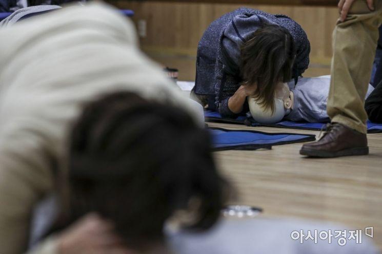 [포토]인공호흡 교육 받는 외국인들