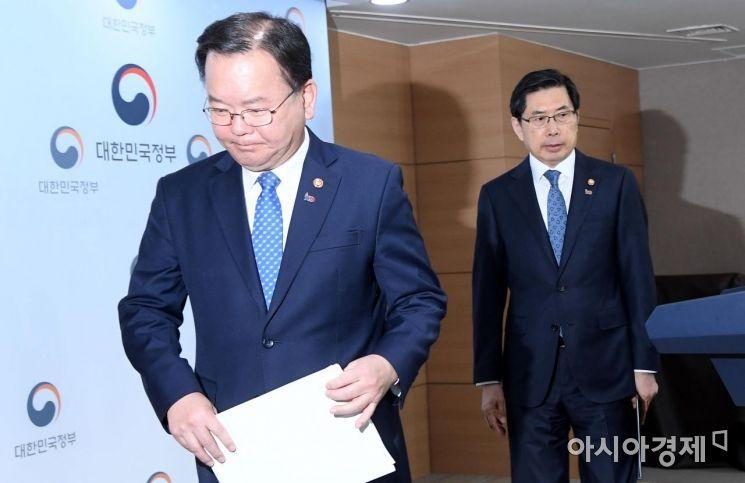 [포토] 기자회견장 나서는 김부겸-박상기 장관