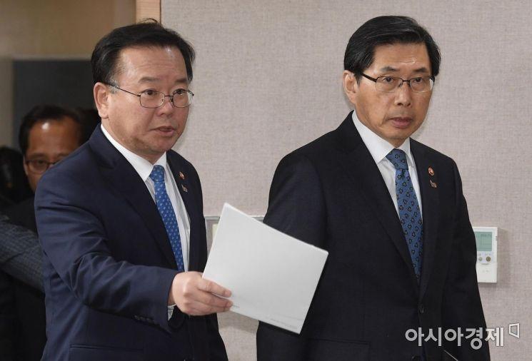 [포토] 기자회견장 들어서는 김부겸-박상기 장관