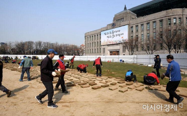 [포토] 새옷 갈아입는 서울광장