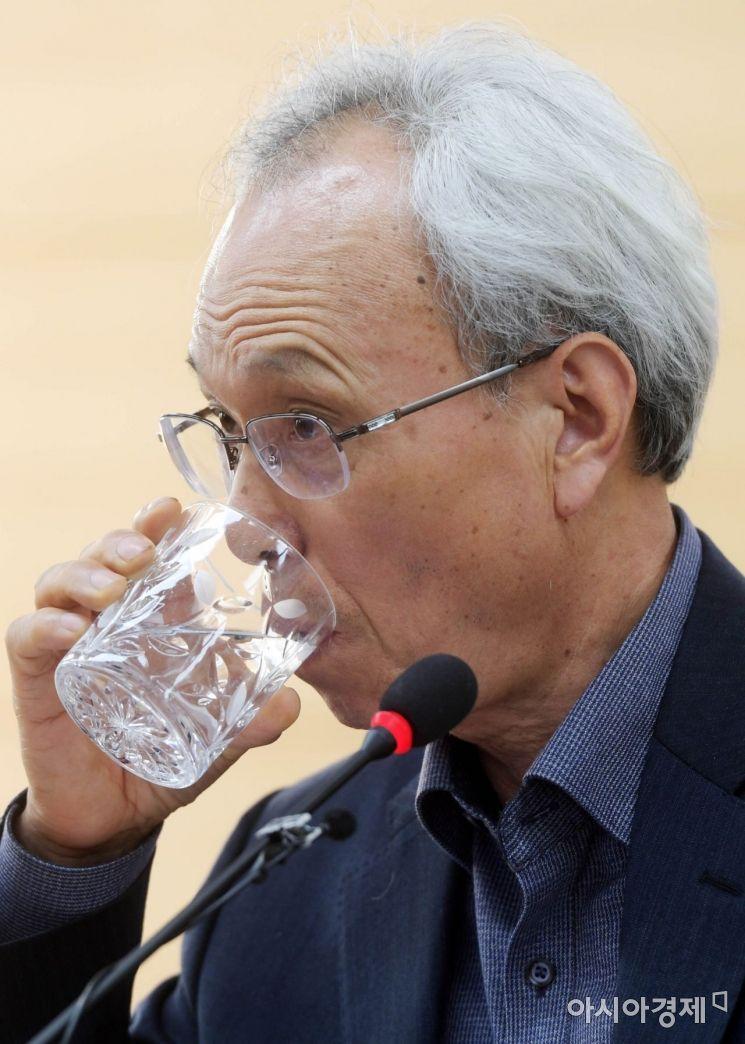 [포토]물 마시는 문성현 위원장