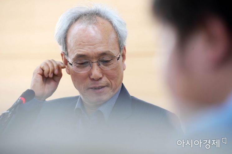 [포토]귀 만지는 문성현 경사노위 위원장