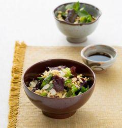 4. 샐러드 재료를 담고 볶은 두부와 견과류를 뿌리고 드레싱을 곁들인다.