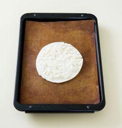 2. 토르티야 1장에 피자 치즈의 반만 얹는다. 토르티야를 1장 얹고 나머지 피자 치즈를 얹어 200℃로 예열한 오븐에서 10분 정도 굽는다.
