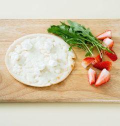3. 구운 토르티야에 루콜라, 딸기, 리코타 치즈를 먹음직스럽게 얹는다. (Tip 루콜라는 샐러드 채소로 대신해도 좋고 리코타 치즈가 없다면 크림치즈로 대체한다. )