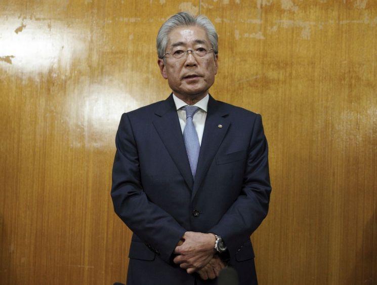 도쿄 올림픽·패럴림픽 유치 과정에서 국제올림픽위원회(IOC) 위원들에게 뇌물을 줬다는 의혹을 받고 있는 일본 올림픽위원회(JOC)의 다케다 스네카즈 회장이 19일(현지시간) 도쿄에서 열린 JOC 이사회를 마친 직후 기자회견을 하고 있다. (사진=연합뉴스)