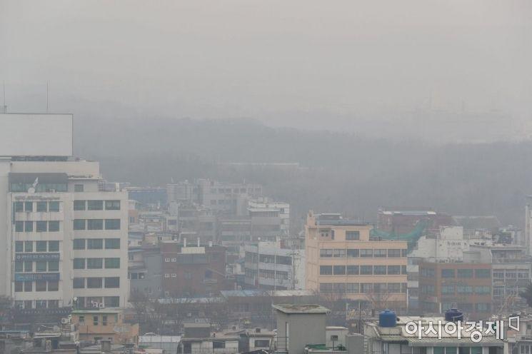 초미세먼지 주의보가 8일 만에 다시 발령된 20일 서울 도심이 뿌연 모습을 보이고 있다. 서울시는 오전 6시를 기해 초미세먼지 주의보를 발령했다. 초미세먼지 주의보는 시간당 평균 농도가 75㎍/㎥ 이상 2시간 지속될 때 내려진다. /문호남 기자 munonam@