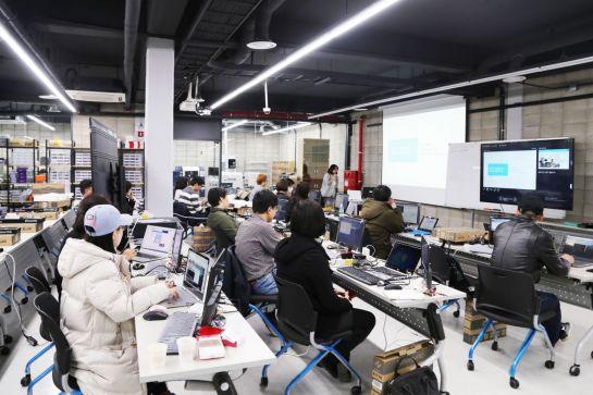 메이커스페이스 '지캠프'에서 열린 '스마트미러' 교육에 참석한 (예비)창업자 등이 하드웨어 관련 적용 기술 등에 대한 설명을 듣고 있다.