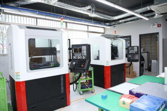 메이커스페이스 '지캠프' 내 CNC가공실에 설치된 장비 모습.