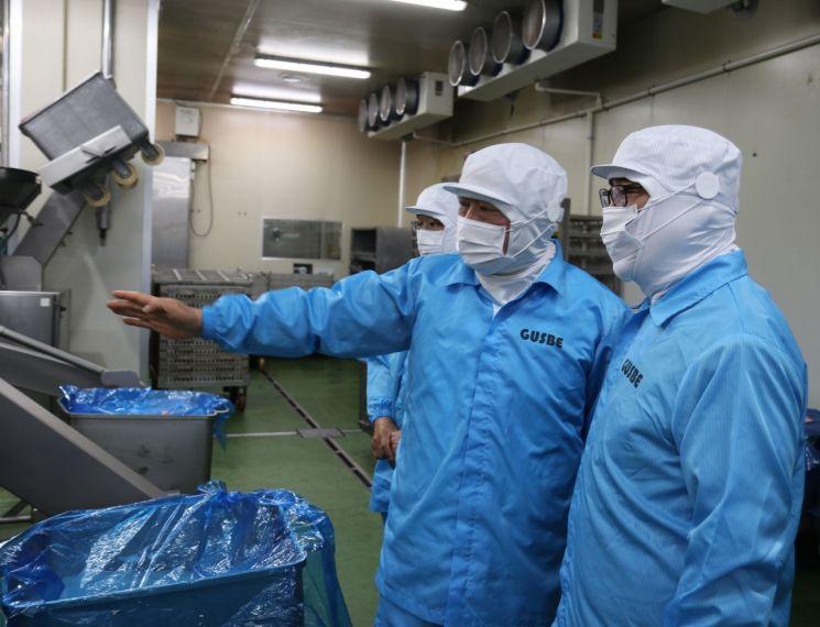 조경수 대표이사(오른쪽 첫번째)가 20일 경기도 남양주시에 위치한 파트너사 구스베를 방문해 관계자들과 함께 생산 현장을 둘러보고 있는 모습.