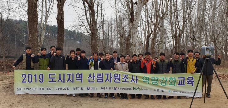 산림조합과 산림청, 한국임업진흥원 관계자들이 현지시연을 마치고 기념촬영을 하고 있다. 사진=산림조합중앙회