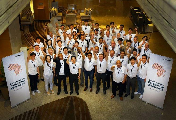 지난 19일과 20일 태국 방콕에서 열린 두산인프라코어 아프리카 건설기계 딜러 미팅 참석자들이 기념촬영을 하고 있다.