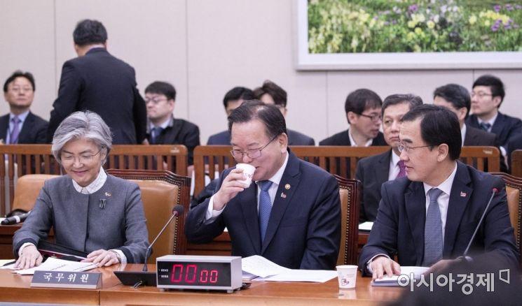 [포토] 나란히 앉은 강경화-김부겸-조명균 장관