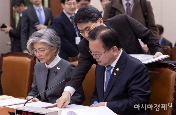 [포토] 보고 받는 김부겸 장관