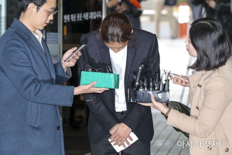 성관계 동영상을 불법 촬영하고 유포한 혐의를 받는 가수 정준영이 21일 서울 서초구 서울중앙지방법원에서 열린 구속 전 피의자 심문(영장실질심사)에 출석하기 위해 법정에 들어서며 고개를 숙이고 있다./강진형 기자aymsdream@