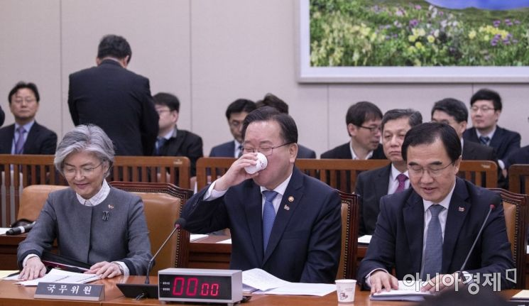 국회 복귀를 앞둔 김부겸 행안부 장관이 시원하게 물을 마시고 있다./윤동주 기자 doso7@