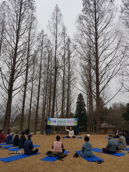 나주시가 지난 20일 전라남도 산림자원연구소에서 암 경험자와 가족들을 대상으로 산림치유 건강드림 사업 프로그램을 진행하고 있다. 사진=나주시