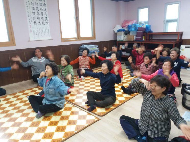 광주 광산구 동곡경로당에서 어르신들이 치매예방 프로그램에 참여하고 있다. 사진=광산구